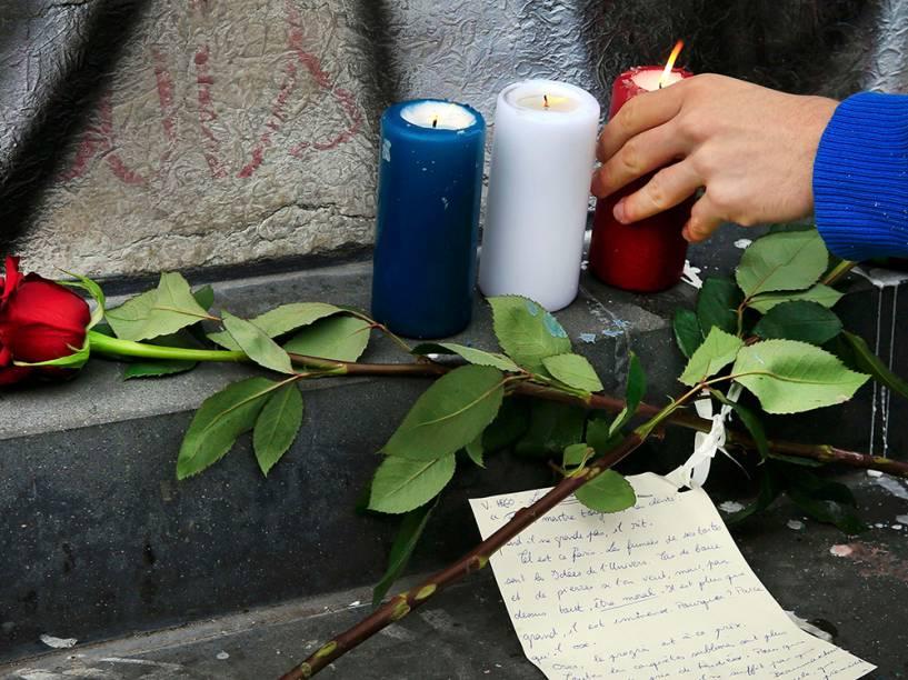 Em Paris, velas são acessas nos locais dos atentados ocorridos na noite de sexta