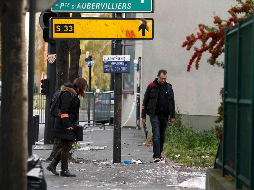 Policiais vistoriam local do atentado em Paris