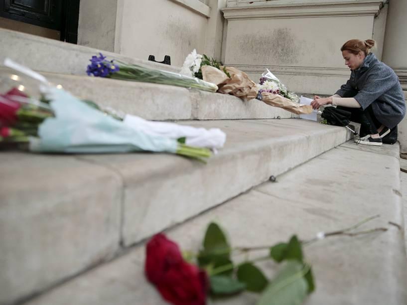 Homenagens em frente a embaixada francesa em Londres