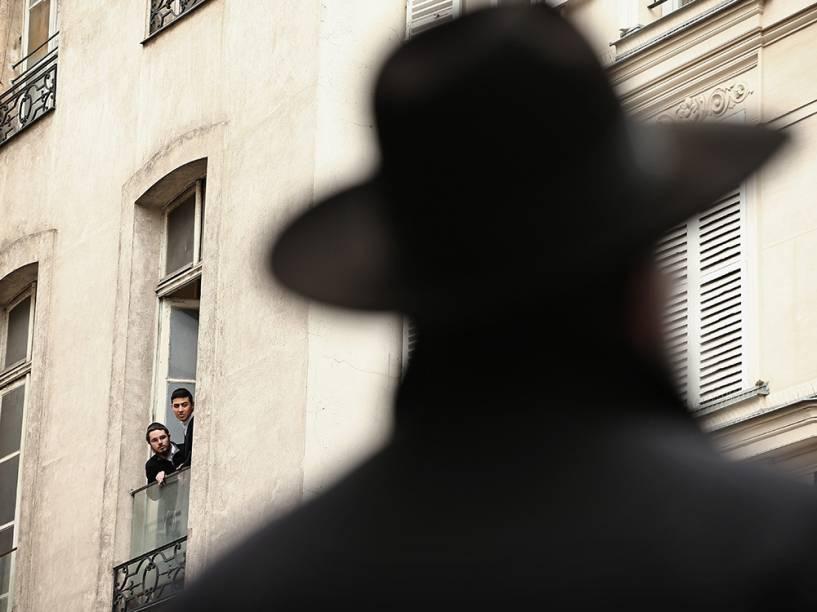 Judeus observam das varandas a circulação de policiais frances que reforçam a segurança no bairro de Marais, em Paris