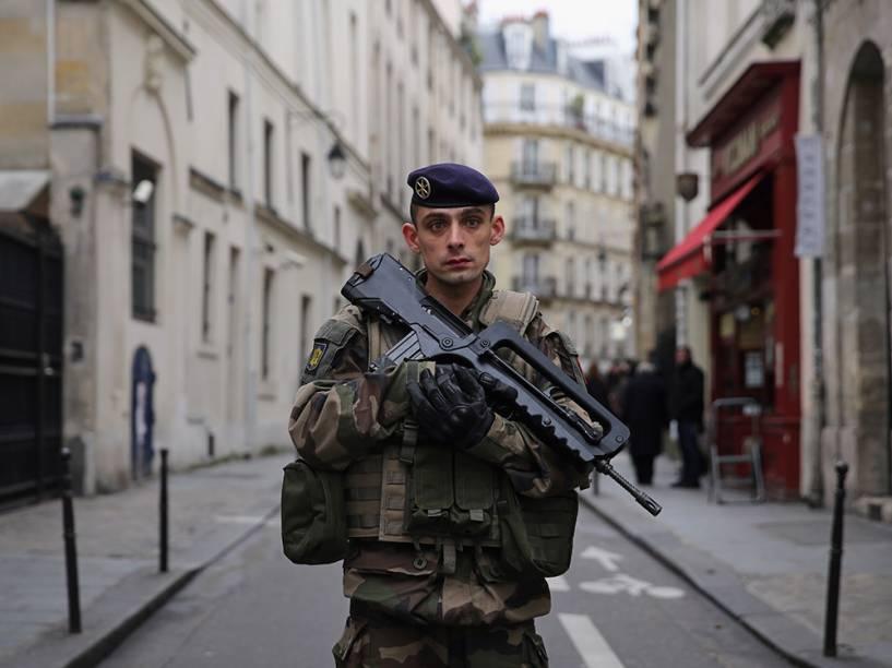Soldados das forças nacionais francesas reforçam a segurança na cidade de paris, após os atentados terroristas que assolaram o país da semana passada