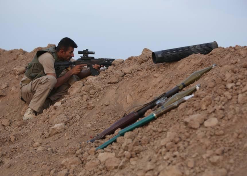 Soldado das forças curdas Peshmerga durante conflito com jihadistas, no Iraque