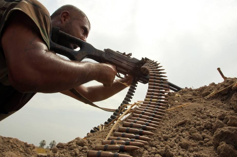Combatente xiita monta guarda próximo à cidade de Bagdá contra os jihadistas do Estado Islâmico, no Iraque