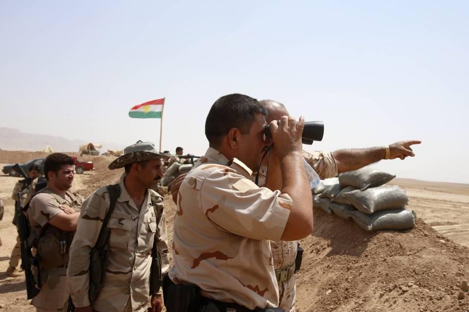 Combatentes curdos montam guarda próximo à cidade de Gwer no Iraque, após retirada de jihadista do Estado Islâmico
