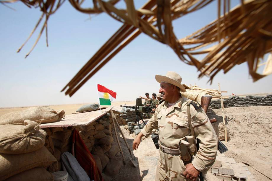 Comandante das forças curdas Peshmerga, monta guarda próximo à cidade de Gwer no Iraque após a retirada de jihadistas do Estado Islâmico