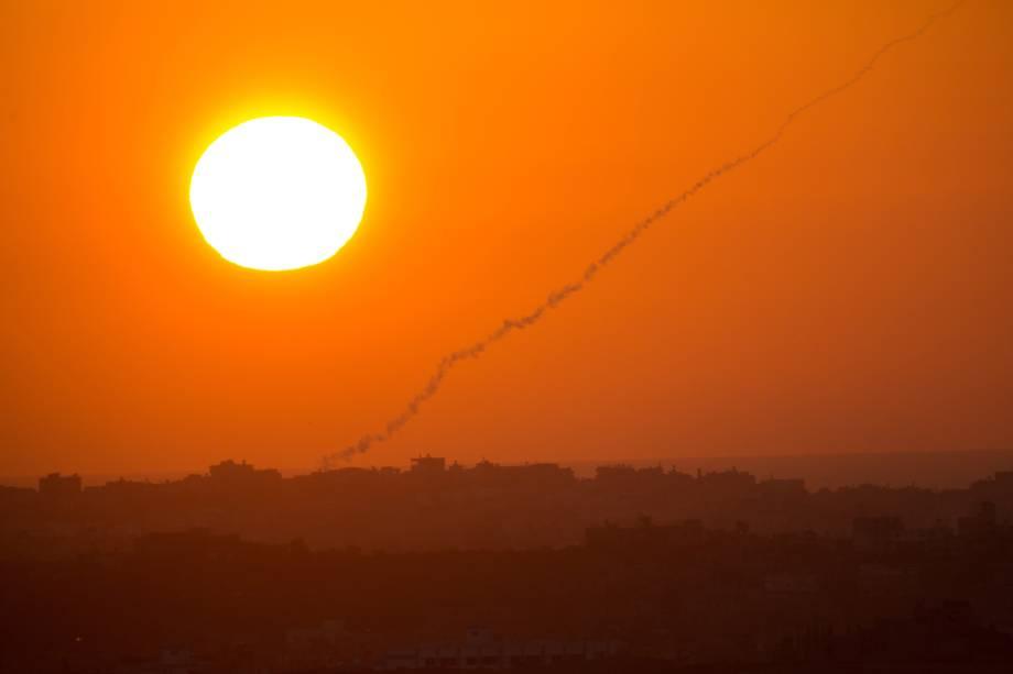 Uma foto tirada do lado israelense da fronteira Israel-Gaza nesta quarta-feira (20), mostra o rastro de fumaça de um foguete disparado por militantes palestinos da Faixa de Gaza contra Israel. A região rompeu com o cessar-fogo que já durava cinco dias