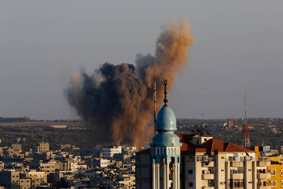 Fumaça, poeira e detritos são vistos após umataque israelense ao norteda Faixa deGaza, na manhã desta quarta-feira (20)