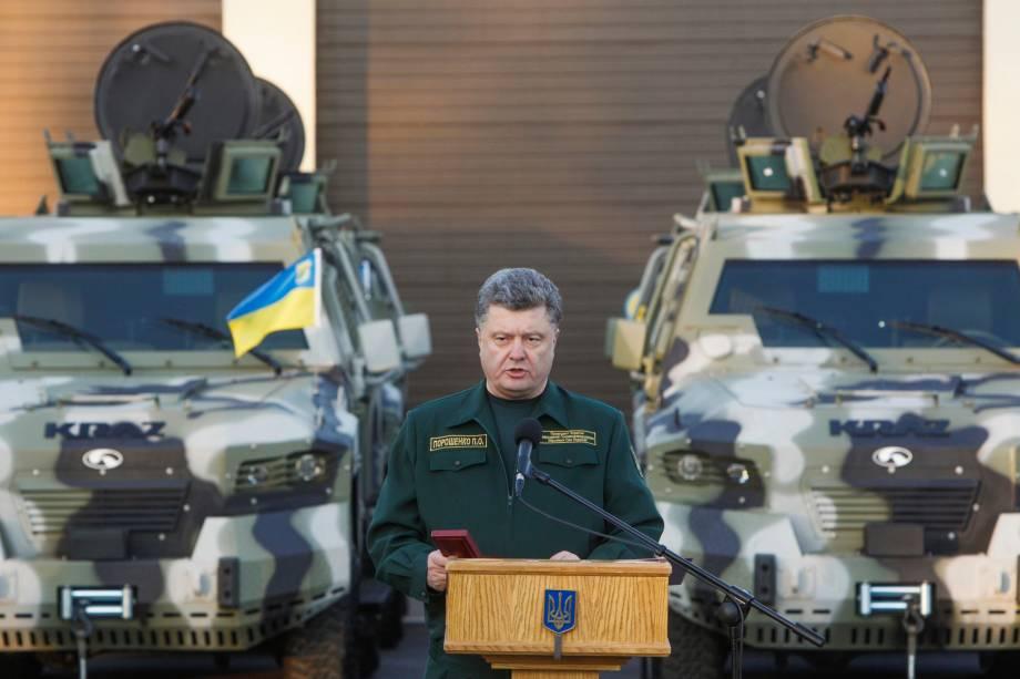 O presidente da Ucrânia, Petro Poroshenko, durante visita à base militar da região fronteiriça de Kiev, em 7/10/2014