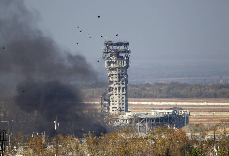 Pássaros voam perto da torre de controle de tráfego do Aeroporto Internacional de Sergey Prokofiev, danificada por bombardeios durante combates entre separatistas pró-Rússia e forças do governo ucraniano na semana passada, em Donetsk, na Ucrânia oriental - 9/10/2014