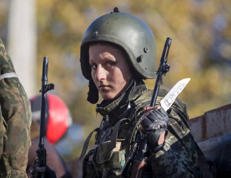 Rebelde pró-Rússia se prepara para tomar posição perto do Aeroporto Internacional de Sergey Prokofiev, durante os combates com as forças do governo ucraniano, na cidade de Donetsk, na Ucrânia oriental - 4/10/2014. Apesar do cessar-fogo decretado na região, ambos os lados combatentes creem um longo conflito