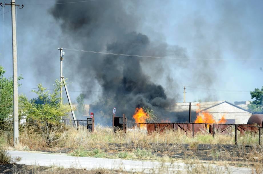 Na imagem, uma coluna de fumaça preta sobre o fogo é vista na pequena cidade de Novoazovsk, na região de Donetsk, ao sul da Ucrânia, em 27/08/2014. O país solicitou ajuda da OTAN depois de relatar que um grande comboio de tanques e armamentos russos estava se movendo ao sudeste das fronteiras ucranianas