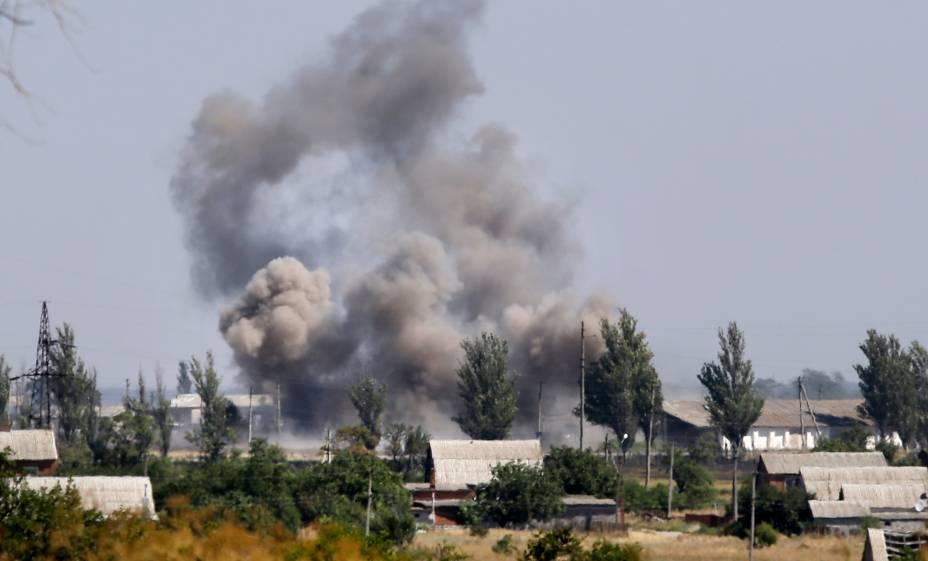 Muita fumaça é vista sobre o fogo na cidade de Novoazovsk, na região de Donetsk, ao sul da Ucrânia, em 27/08/2014. O país solicitou ajuda da OTAN depois de relatar que um grande comboio de tanques e armamentos russos estava se movendo ao sudeste das fronteiras ucranianas