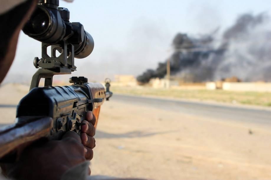 Voluntário Xiita da milícia Hezbollah aponta seu rifle durante combate contra militantes do Estado Islâmico - 01/09/2014