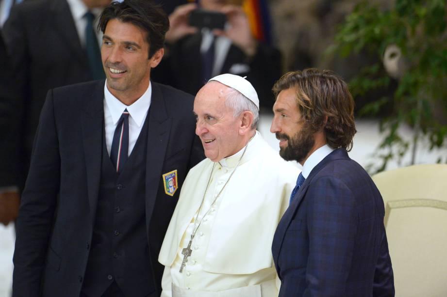 Os jogadores italianos, Gianluigi Buffon e Andrea Pirlo, com o Papa Francisco, durante sessão de boas vindas aos organizadores, jogadores e convidados do Jogo da Paz, no Vaticano, Itália