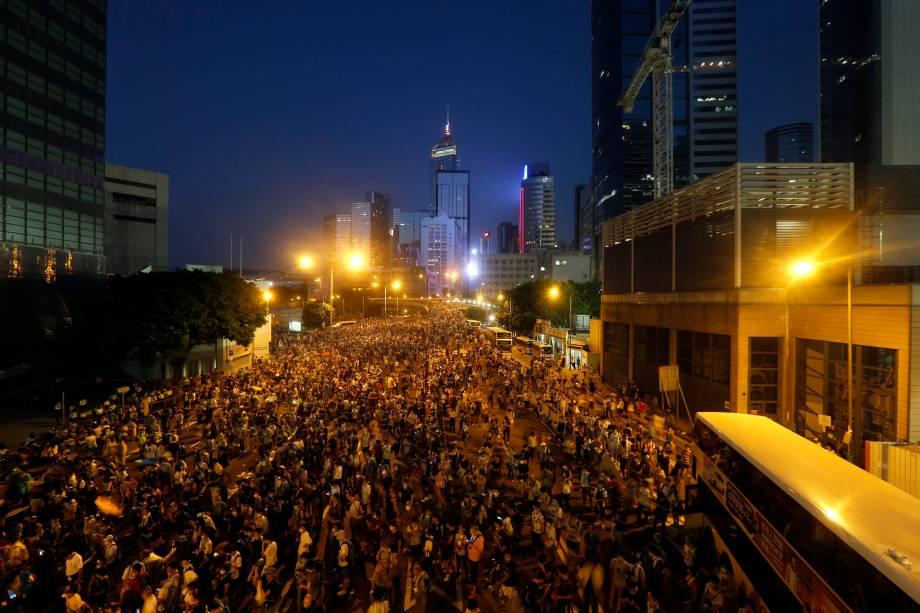 Milhares de manifestantes ocupam a rua principal que leva ao distrito financeiro de Wanchai, em frente à sede do governo de Hong Kong, na China. Os manifestantes pró-democracia lançaram uma campanha exigindo maiores liberdades na ex-colônia britânica