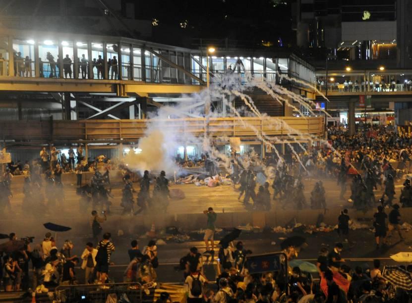 Milhares de manifestantes bloquearam a rua principal do distrito financeiro de Hong Kong, na China, neste domingo (28) em um ato pró-democracia. A polícia de Hong Kong alegou ilegalidade do ato e disparou repetidas rajadas de gás lacrimogêneo para dispersar os protestantes