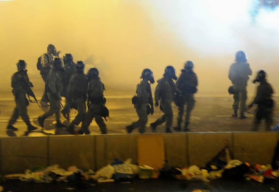 Dezenas de policiais são vistos durante uma manifestação pró-democracia que reuniu milhares de pessoas no centro da cidade de Hong Kong, na China, neste domingo (28). Os manifestantes criticam a decisão de Pequim sobre limitar candidaturas para as eleições de 2017 e cobram uma reforma eleitoral no país