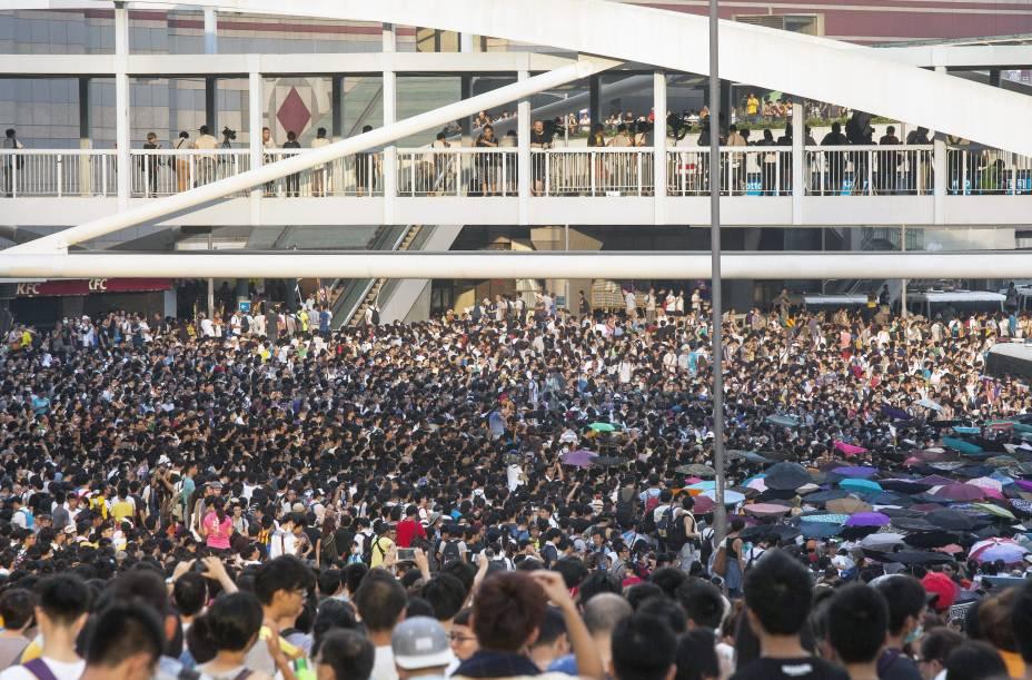 Uma manifestação pró-democracia reuniu milhares de pessoas no centro da cidade de Hong Kong, na China, neste domingo (28). Os manifestantes criticam a decisão de Pequim sobre limitar candidaturas para as eleições de 2017 e cobram uma reforma eleitoral no país
