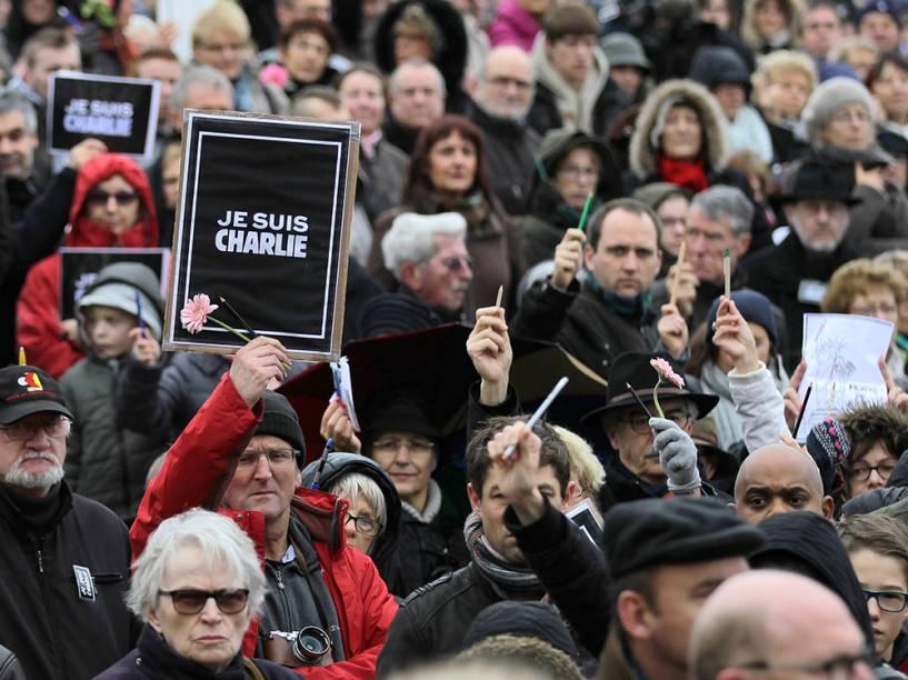 Cartazes com a frase Je suis Charlie são vistos durante uma marcha na Praça do Memorial, na cidade francesa de Caen