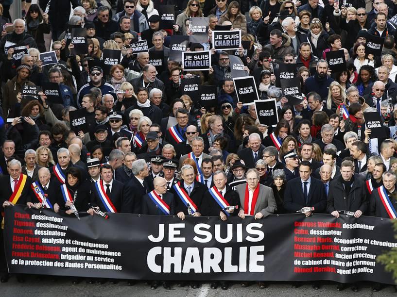 Milhares de pessoas participaram neste sábado (10) de uma marcha em Nice em memória às vítimas dos ataques terroristas dos últimos dias na França