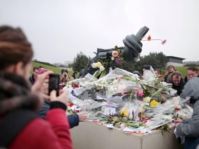 Pessoas depositam flores ao pé de uma escultura do artista sueco Carl Frederik Reutersward, como um memorial em homenagem às vítimas do terrorismo que assolou a França nos últimos dias, na cidade de Caen