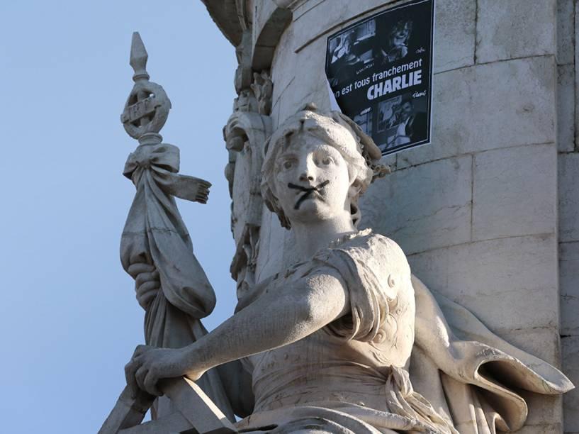 Tampão é colocado na boca da estátua intitulada Marianne, símbolo da liberdade, na Praça da República, em Paris, antes do início de uma grande marcha onde mais de um milhão de pessoas são esperadas além de dezenas de líderes mundiais em uma exposição histórica de desafio global contra o extremismo após os ataques terroristas na capital francesa