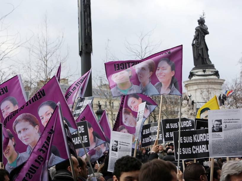Cartazes com a frase Je suis kurde, je suis Charlie, traduzido Somos curdos, somos Charlie são vistos durante a marcha na Praça da República, em Paris