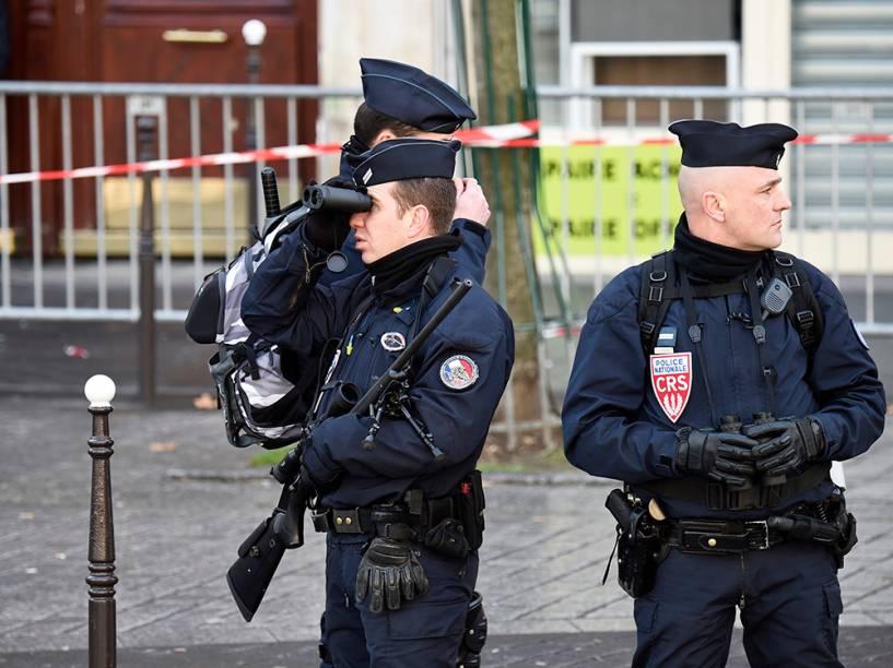 Policiais das forças nacionais francesas realizam a segurança da marcha que acontece neste domingo (11), em Paris