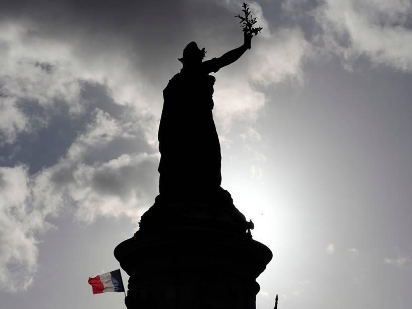 Estátua símbolo da liberdade é fotografada durante a marcha em Paris