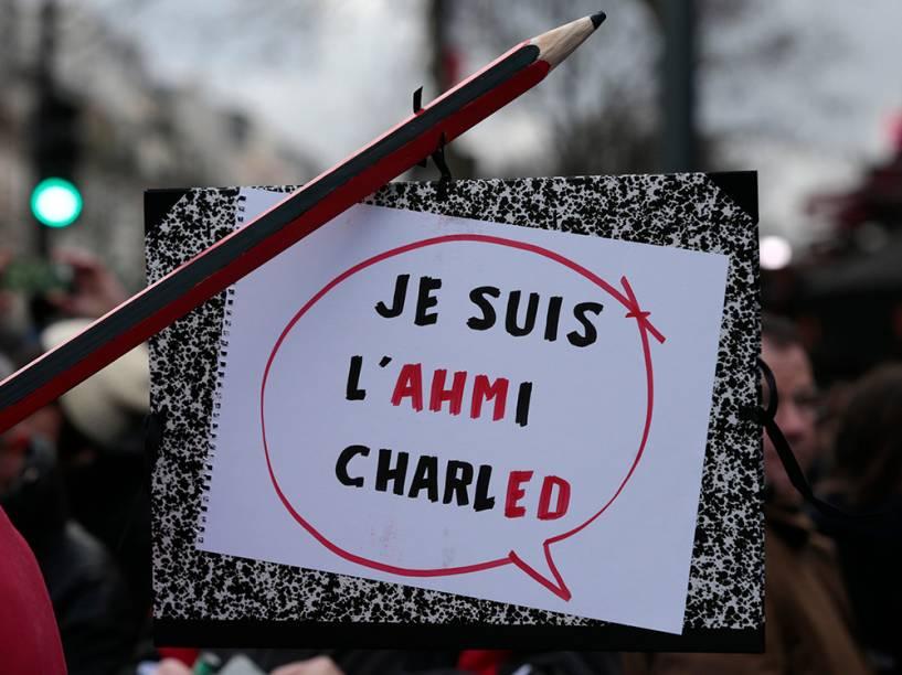 Cartaz em homenagem ao policial morto durante ato terrorista em Paris é visto durante marcha deste domingo (11)