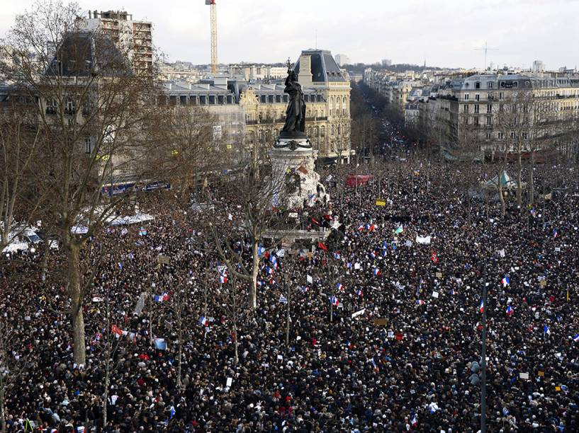 Milhares de pessoas e líderes políticos de diferentes países se reúnem neste domingo (11) na Praça da República, em Paris, para uma marcha global contra o extremismo, após os atentados terroristas que assolaram a França na última semana
