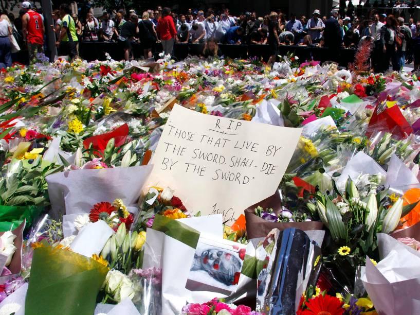 Centenas de pessoas depositam flores para homenagear as vítimas do sequestro em um café na cidade de Sydney, Austrália. O ato terrorista deixou três mortos na última segunda-feira (15)