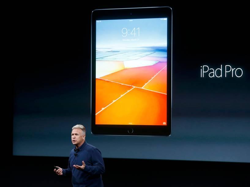 Phil Schiller, vice-presidente de marketing da Apple, apresentou a versão menor do iPad Pro, que tem 9,7 polegadas, enquanto a versão original apresentada em setembro do ano passado tem 12,9. Fora o tamanho, as especificações são praticamente as mesmas.