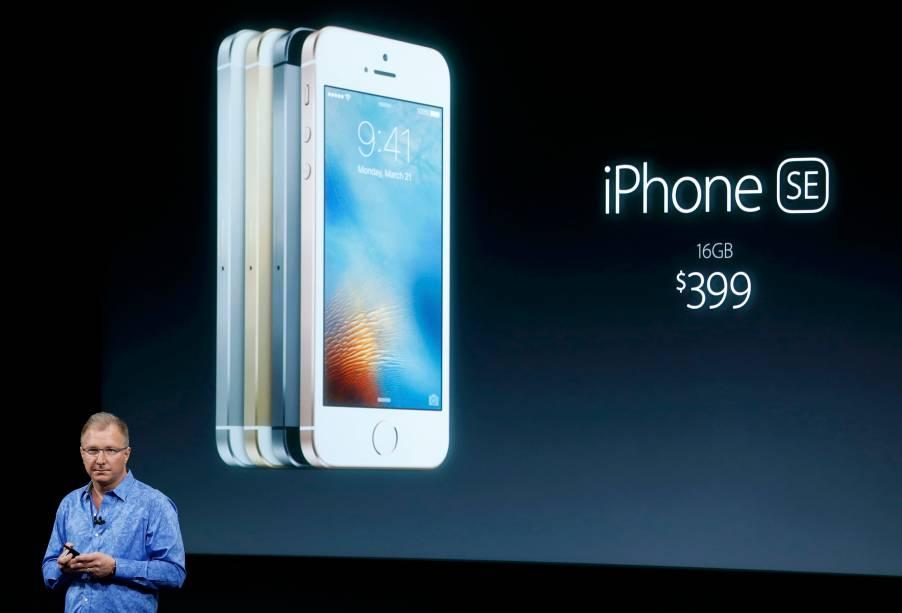O vice-presidente da Apple, Greg Joswiak, introduziu o novo iPhone SE, um mix do design da geração 5/5S com as configurações internas do 6S. O SE tem tela de 4 polegadas (pouco mais de 10 centímetros), 0,7 polegadas a menos do que o 6S. Seu peso é o mesmo da geração 5/5S, 113 gramas, enquanto o 6S tem 143 gramas. O novo smartphone vai custar 399 dólares (cerca de 1.500 reais), para a versão de 16GB, e 499 dólares (cerca de 1.800 reais), para a versão de 64GB.