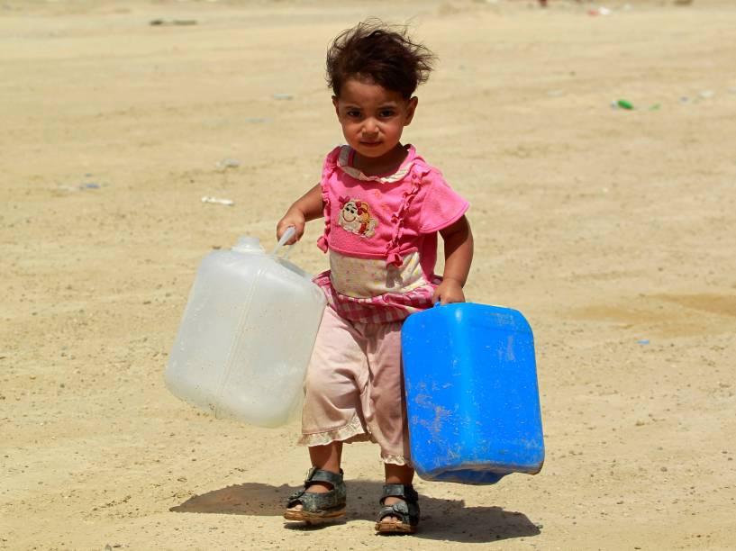 Criança iraquiana desabrigada foge da província de Anbar devido aos conflitos de forças favoráveis ao governo e grupos jihadistas