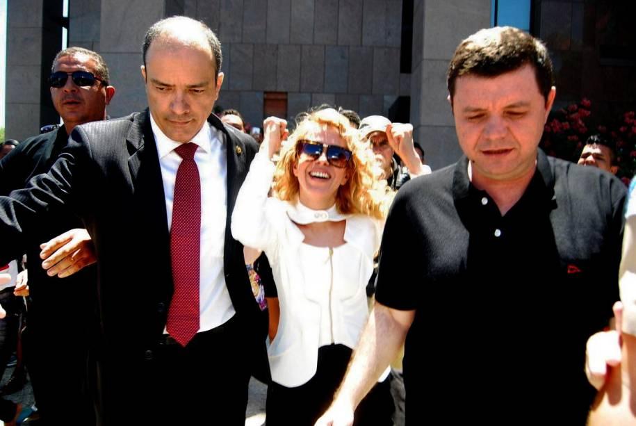 Joelma sai do fórum em Recife após oficializar o divórcio com Chimbinha