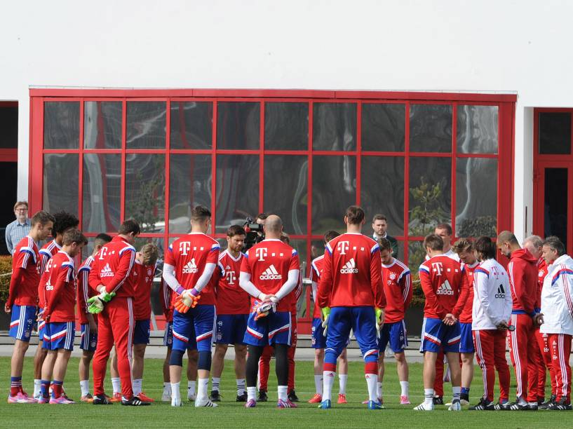 <p>Jogadores e comissão técnica do Bayern prestaram nesta quarta-feira (25) uma homenagem às vítimas do acidente aéreo da companhia alemã Germanwings nos Alpes franceses</p>
