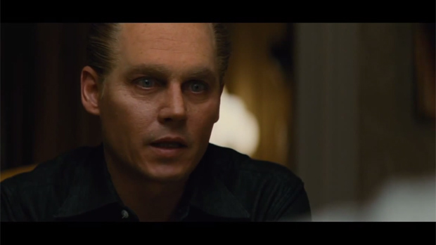 Johnny Depp como o gângster Whitey Bulger em cena do filme Black Mass