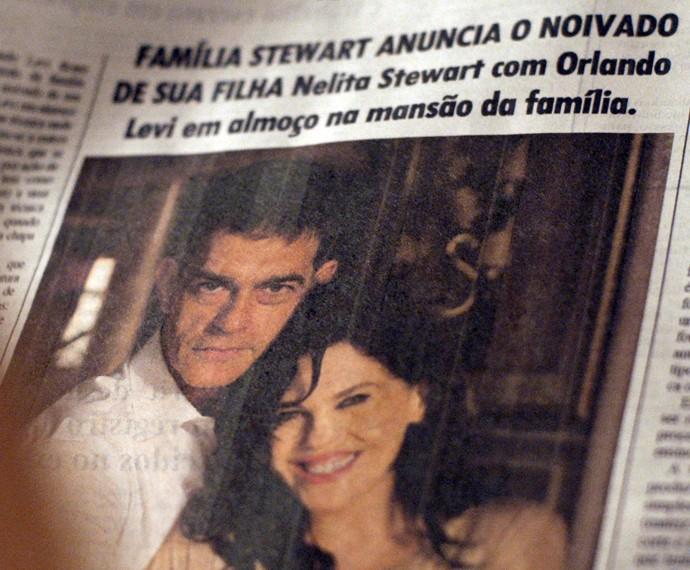 Orlando (Eduardo Moscovis) e Nelita (Bárbara Paz) em coluna social de jornal, achado por Lara (Carolina Dieckmann)