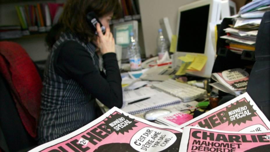 Jornalista trabalha na redação do Charlie Hebdo em 2006