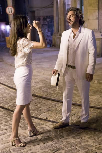 José Alfredo (Alexandre Nero) tenta convencer Cora (Marjorie Estiano) de que é um fantasma