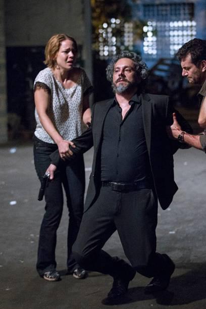José Alfredo (Alexandre Nero) vai ao galpão onde José Pedro (Caio Blat) mantém a irmã, Cristina (Leandra Leal), refém