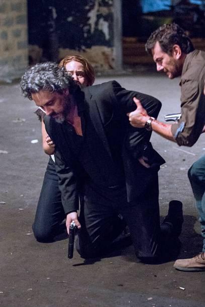 José Pedro (Caio Blat) mata o pai, José Alfredo (Alexandre Nero)
