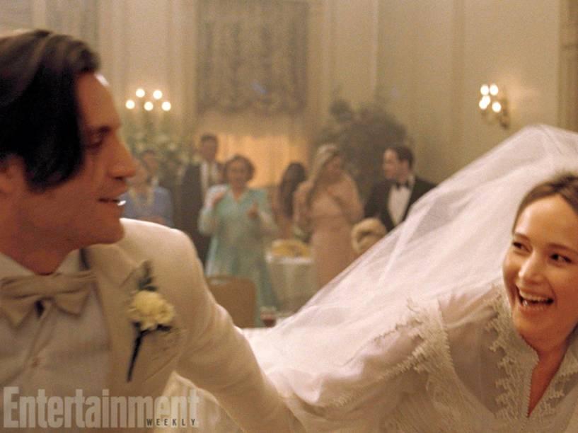 Édgar Ramírez e Jennifer Lawrence em cena de Joy