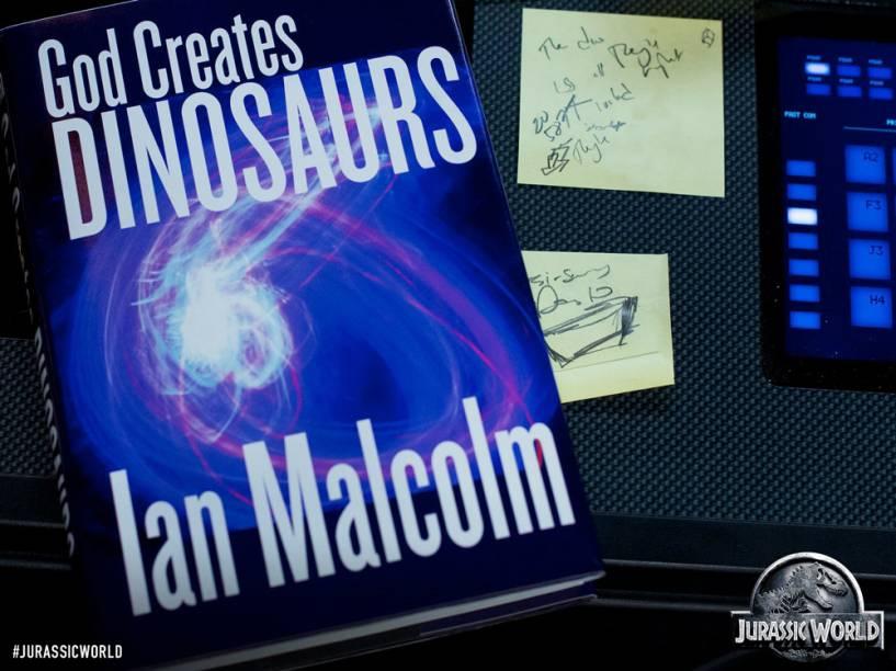 Imagem promocional de Jurassic World mostra livro escrito por Ian Malcolm, personagem-chave do primeiro e do segundo filmes da franquia e de ambos os livros nos quais Jurassic Park é inspirado