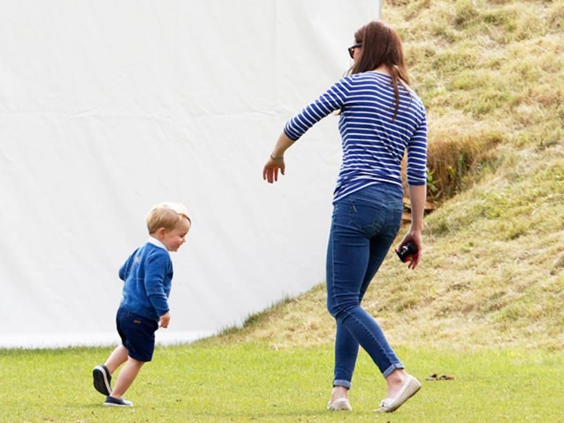 Kate Middleton brinca com George, em um clube de polo na Inglaterra