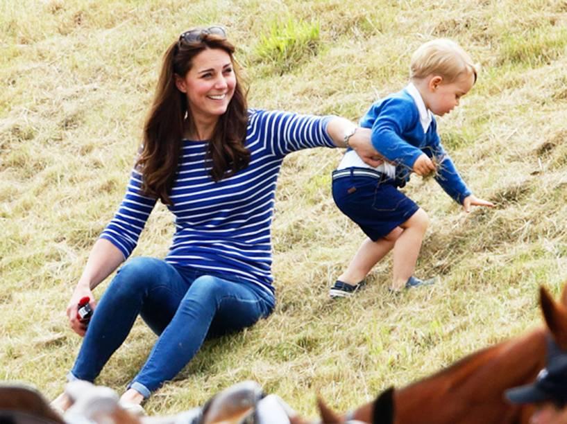 Kate Middleton brinca com o filho mais velho, George, em um clube de polo na Inglaterra