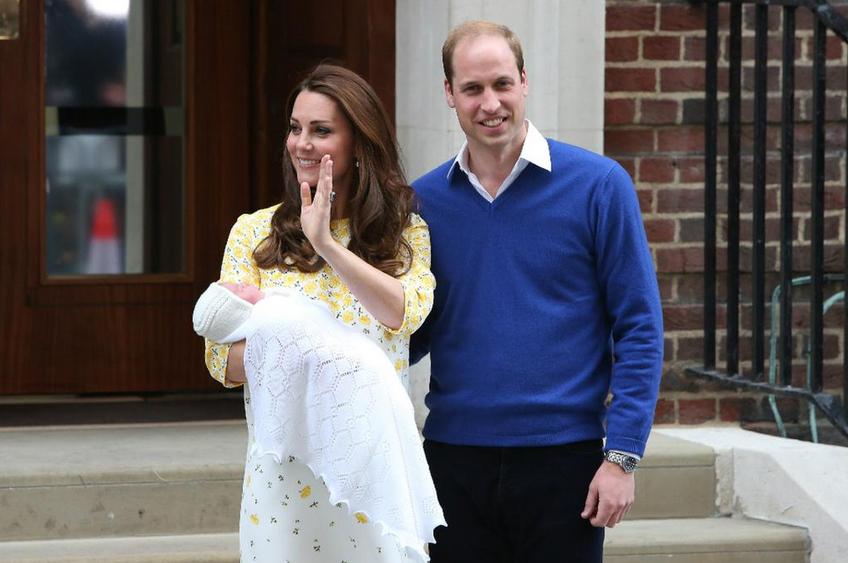 Kate Middleton e o marido, o príncipe William, deixam a maternidade com a filha recém-nascida, em 2 de maio de 2015