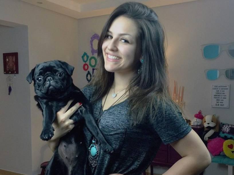 A youtuber Kéfera Buchmann e sua cachorra Vilma Tereza