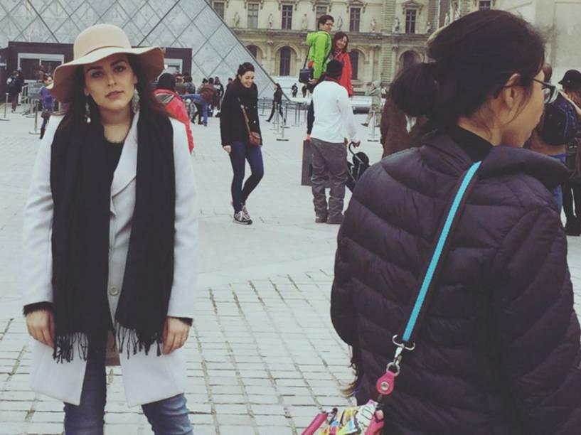 A youtuber Kéfera Buchmann em Paris, onde se irritou com o excesso de turistas nas fotos